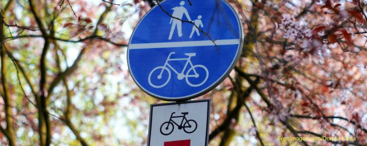 verkeersbord met fiets en voetganger met in de achtergrond bloesem