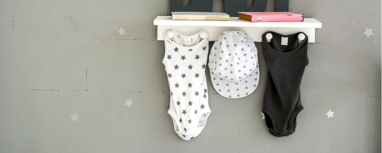 kapstokje met babykleding