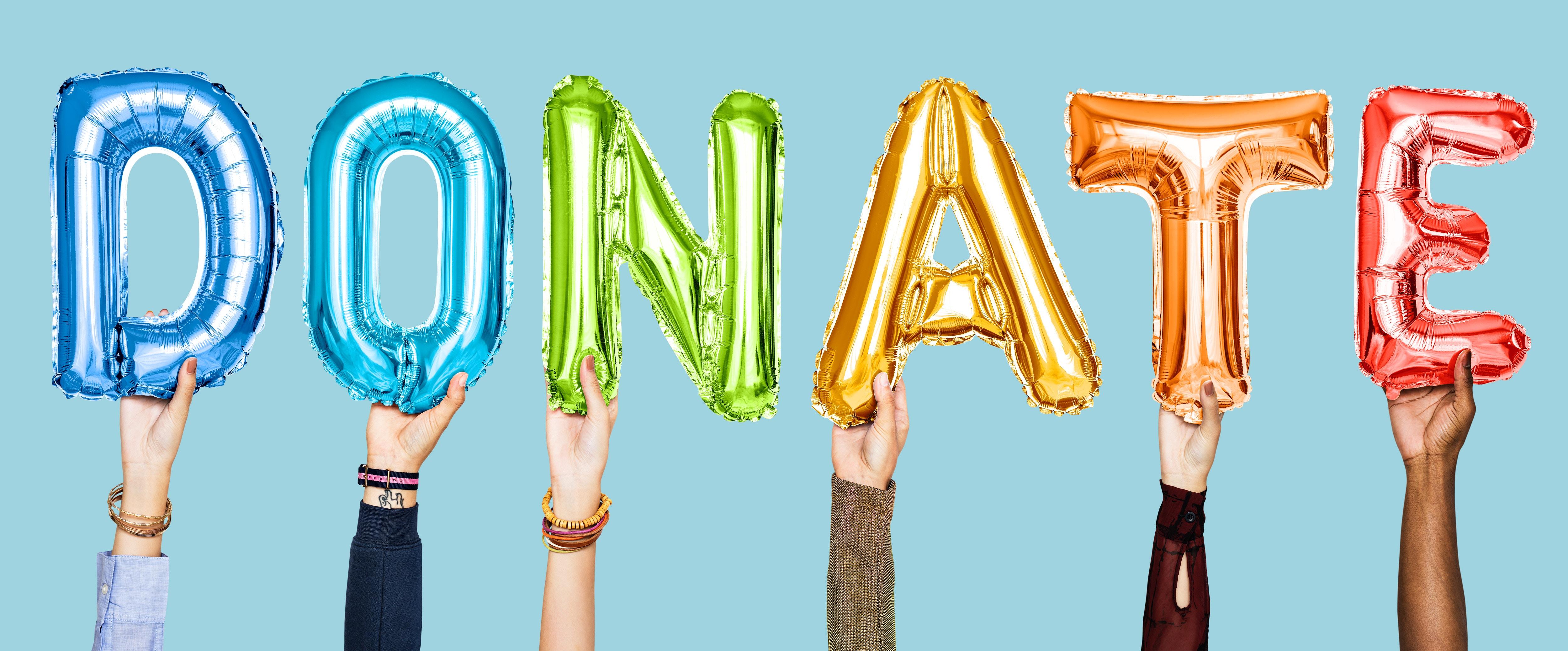 Afbeelding met handen die de letters in de vorm van ballonen vasthouden en het woord 'donate' vormen.
